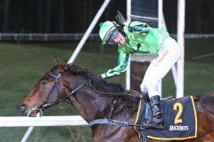 Der Jockey hat Spaß: Tommaso Scardino gewinnt auf Wonderwall das erste Dreijährigen-Rennen der Saison. Foto: Klaus-Jörg Tuchel