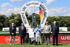 Würdig für ein klassisches Rennen: Siegerehrung mit Flagge und Hymne. www.galoppfoto.de - Stephanie Gruttmann