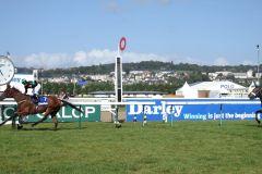 Nase ab, aber mit gehörigem Abstand als Erste im Ziel - Nearly Caught und Umberto Rispoli im Prix Kergolay, Gr. II, in Deauville. www.dequia.de
