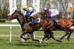 Guignol gewinnt das hochkarätig besetzte Maidenrennen mit Filip Minarik vor Nutan (Andrasch Starke). www.galoppfoto.de - Sandra Scherning