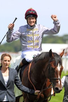 Da jubelt auch der Jockey: Richard Hughes freut sich über den Sieg und genießt den Applaus als erster Sieger in Royal Ascot 2014. Foto: www.galoppfoto.de - Frank Sorge