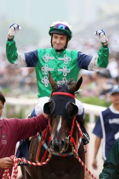 Freude beim Jockey Douglas Whyte nach dem Sieg. Whyte legte eine Dreiviertelstunde später nach. Foto: www.galoppfoto.de - Frank Sorge