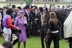Königliche Freude  H.M. Queen Elizabeth mit Jockey Ryan Moore nach Estimates Sieg im Gold Cup. www.galoppfoto.de - Frank Sorge