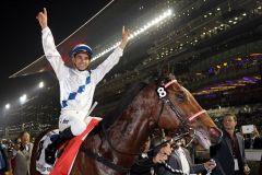 Brasilianisch-Hongkongchinesische Kombo erfolgreich in Dubai: Joao Moreira feiert den Sieg mit Amber Sky.  Foto: www.galoppfoto.de - Frank Sorge