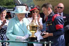 Die Queen übernahm die Siegerehrung persönlich. www.galoppfoto.de - Frank Sorge