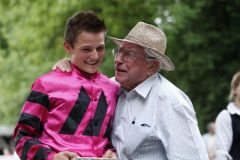Erster Sieg für Dennis Schiergen und die Galoppsport-Legende Hein Bollow gratuliert. www.german-racing.com - Rühl