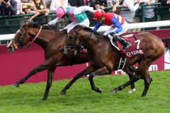Ryan-Lee Moore gewinnt mit Workforce (l.) den Prix de l'Arc de Triomphe 2010. www.german-racing.com -Sorge.jpg