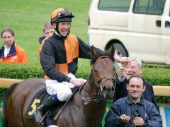 Happy people: Jockey Alexander Weis nach seinem ersten Gruppesieg auf Lucky Lion und und Trainer Andreas Löwe. Foto: Karina Strübbe