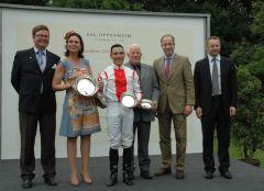 Siegerehrung mit Janet Leve-Ostermann, Jockey Lennart Hammer-Hansen, Eckhardt Sauren, Präsident Kölner RV (rechts). Foto Gabriele Suhr
