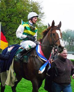 River Storm Dancer mit Miguel Lopez nach dem Sieg im 110. Grosses Heinrich Vetter-Badenia-Jagdrennen. Foto Karina Strübbe
