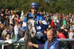 Abraxa mit Julien Auge nach dem Sieg. www.galoppfoto.de - Frank Sorge