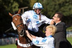Ach was mit Alexandra Vilmar und Besitzer Christian Sundermann nach dem Sieg in Hoppegarten am 03.10.2012. www.galoppfoto.de - Sabine Brose