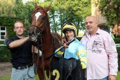 Al Queena mit Michael Cadeddu und Gert Barsig nach dem Sieg in Hoppegarten. www.galoppfoto.de - Frank Sorge