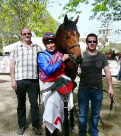 Racing Times (b. W. v. Danetime-Cartesian) mit Besitzertrainer R. Jansen und Alex Pietsch (Foto: Gabriele Suhr)