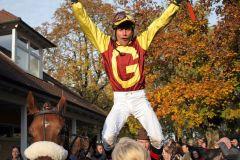 """Solche Siege dürfen auch entsprechend gefeiert werden: Alexander Pietsch versucht sich beim """"Dettori-Jump"""". www.galoppfoto.de - Sarah Bauer"""