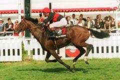All my dreams mit Kevin Woodburn gewinnt das Deutsche Derby 1995. www.galoppfoto.de