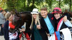Alwina: Karlshofer Siegerin mit Jockey Antoine Hamelin, Besitzer Holger Faust mit Freundin Alwina Grünwald. Foto: Dr. Jens Fuchs