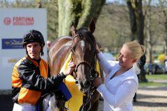 Jockey Andrasch Starke hatte sich den Ritt auf Amaron - hier mit Betreuerin Vanessa Baltromei - schon vorzeitig gesichert. Foto: Dr. Jens Fuchs