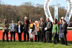 Siegerehrung für das Team um Amaron mit (v.l.n.r.) Jockey Andrasch Starke, dem Besitzerehepaar Inge (orange Jacke) und Gerd Mosca und Trainer Andreas Löwe. Foto: Dr. Jens Fuchs