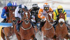 Start-Ziel voraus: Wargrave (vorne li.) gewinnt unter Dennis Schiergen den Großen Preis von St. Moritz. swiss-images/Andy Mettler