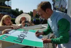 Gut vorbereitete Fans: Andrasch Starke unterschreibt das Lucky Speed-Plakat. www.dequia.de