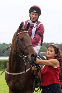 Die Tertullian-Tochter Andrina mit Viktor Schulepov nach dem Sieg. www.galoppfoto.de - Sabine Brose