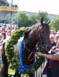 Lucky Speed mit dem Siegerkranz. Foto: Karina Strübbe