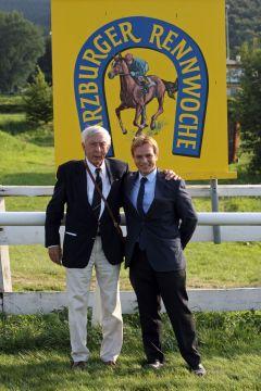 Prof. Dr. Werner Glahe, langjähriger Präsident des Harzburger Rennvereins, mit Enkel und Rennleitungsmitglied Philipp Biermann 2015. www.galoppfoto.de