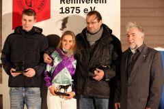 Siegerehrung mit Trainer Christian Peterschmitt und Siegreiterin Larissa Bieß. Foto: Dr. Jens Fuchs