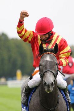 Best Flying und Adrie de Vries mit der Pose, die bei so einem Sieg angemessen ist. ©galoppfoto - Sarah Bauer