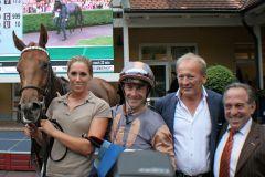 Black Type-Siegerin Zazera mit Jockey Olivier Peslier nach dem Kronimus-Rennen mit  Besitzer Werner Heinz (2.v.r.) und Trainer Mario Hofer. www.galoppfoto.de - Sarah Bauer