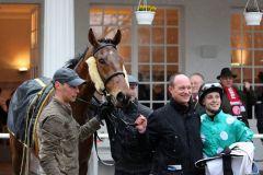 Bombelli nach seinem ersten Sieg in Düsseldorf am 29.03.2015 mit Trainer Sascha Smrczek und Jockey Miguel Lopez. Foto: Dr. Jens Fuchs