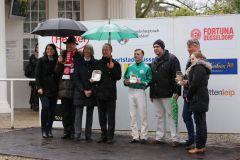 Siegerehrung für das Team um Bombelli mit Trainer Sascha Smrczek und Jockey Miguel Lopez. Foto: Dr. Jens Fuchs