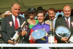 Bruno Schütz (rechts) bei der Siegerehrung für das Deutsche Derby 1991, Temporal mit Lanfranco Dettori gewinnt. www.galoppfoto.de