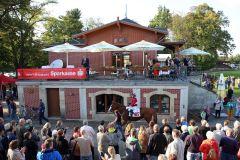 Applaus für Burschentanz mit Andre Best nach dem Sieg in Dresden. www.galoppfoto.de - Sabine Brose