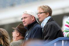 Catrin Nack und ihr Mann Jim Clark auf der Tribüne in Newmarket. www.galoppfoto.de