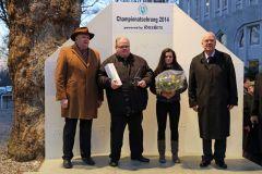 Lucien van der Meulen (2. v. l.) wird in Dortmund vom Direktoriumspräsidenten Albrecht Woeste (rechts) als Champion der Besitzertrainer 2014 geehrt. Foto: Dr. Jens Fuchs