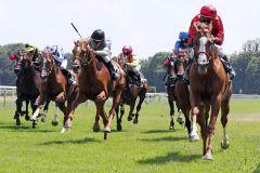 An der Außenseite kommt der Sieger: Cashman unter Jozef Bojko. www.galoppfoto.de - Peter Heinzmann