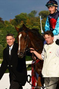 Trainer Markus Klug und seine Gr. III-Siegerin Queenie mit Stephen Hellyn. Foto: Ursula Stüwe-Schmitz