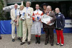 Franz Prinz von Auersperg (3. v. l.) feiert den zweiten Gr. I-Erfolg innerhalb von vier Wochen. www.galoppmuenchen.de - www.turfstock.com