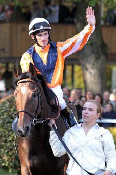 Danedream und Andrasch Starke, Sieger im Prix de l'Arc de Triomphe, werden dem Publikum präsentiert. www.galoppfoto.de