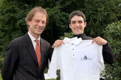 """Maxim Pecheur (r.) mit Daniel Delius wird als Sieger bei der ersten Wahl zum Turf-Times """"Ritt des Monats"""" April 2011 geehrt. www.klatuso.com"""