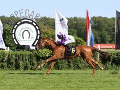 Das Diana-Trial 2015 hat seine Siegerin: Stall Nizzas Nightflower galoppiert mit 2 1/2 Längen Vorsprung ins Ziel, Jockey Andrasch Starke macht seinen Hattrick des Tages perfekt! www.galoppfoto.de - Sabine Brose