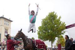 Das kann keiner besser als er und er tut es beim Prix de l'Arc de Triomphe schon zum 5. Mal - Rekord .... Frankie Dettori nach seinem Sieg mit Enable. www.galoppfoto.de - Frank Sorge