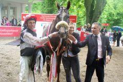 Das Siegerteam im Großen Sparkassenpreis: Si Luna mit Jockey Eddy Hardouin und Trainer William Mongil. www.dequia.de