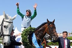 """""""Lucky"""" ist nicht nur der Vorname des Pferdes sondern auch der Gefühlszustand des Reiters und des Trainers: Andrasch Starke und Peter Schiergen mit Lucky Speed nach dem Derbysieg. www.galoppfoto.de - Frank Sorge"""