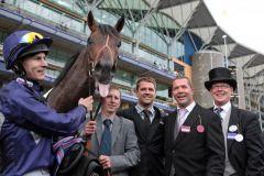 Das Team um Brown Panther mit Jockey Richard Kingscote und Besitzer Michael Owen (3. v. l.) nach dem Sieg in Royal Ascot. www.galoppfoto.de