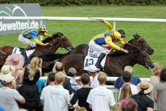 Das Zielfoto sieht beide gleichauf  - Tosca mit Stephen Hellyn (gelbe Kappe) und Molly Mara mit Jean-Babtiste Eyquem (schwarze Kappe) enden im toten Rennen. www.galoppfoto.de - Frank Sorge