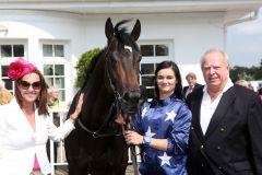 Der It's Gino-Sohn Rabi mit Besitzerin Tonya Rogge (links) und ihrem Vater Willy Krupp nach dem Hamburger Sieg. www.galoppfoto.de - Frank Sorge