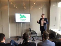 Der Marketing-Chef des Galopper-Dachverbandes, Jan Pommer, präsentiert auf dem SPOBIS in Düsseldorf die neue Dachmarke und das neue Logo des deutschen Galopprennsports. Foto: dequia
